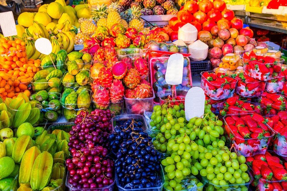 De vers gearomatiseerde kleurrijke sappige vruchten in de kraam van Carmel-markt, Tel Aviv, Israël.