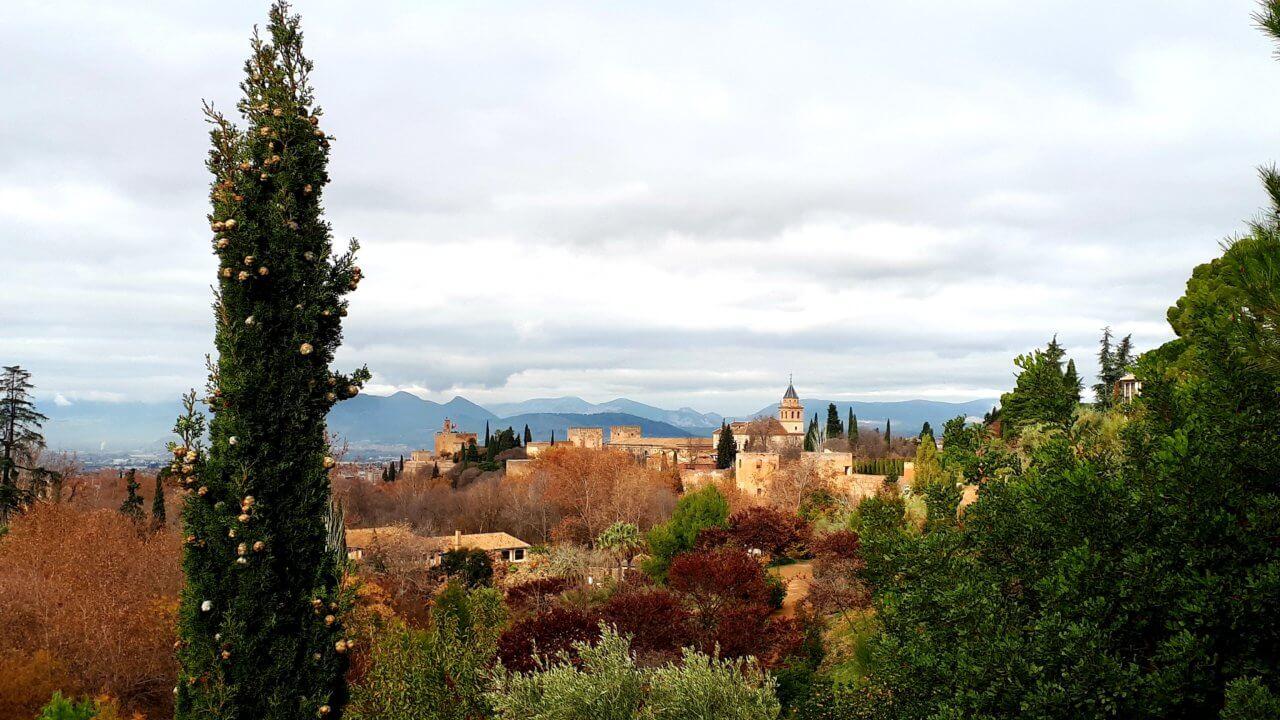 Uitzocht op het Alhambra vanaf Carmen de los Mentires park, Granada.
