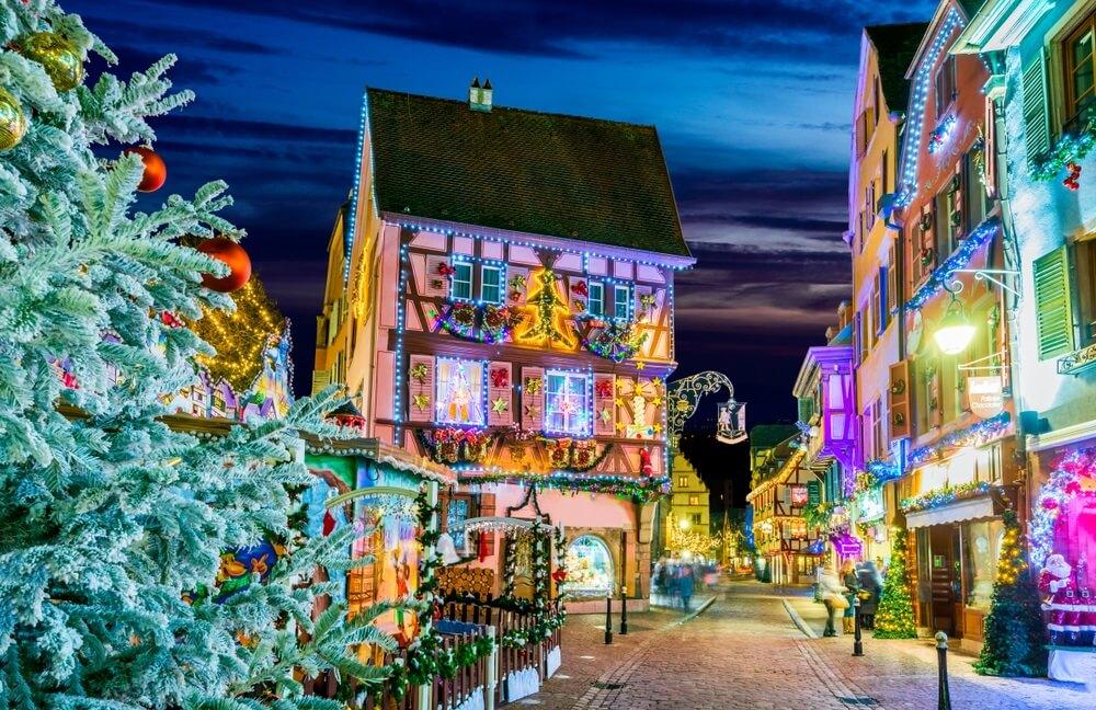 Colmar, Elzas, Frankrijk. Kerstmarkt, Marche de Noel met peperkoekhuizen en lokale ambachtslieden, beroemd in Europa.