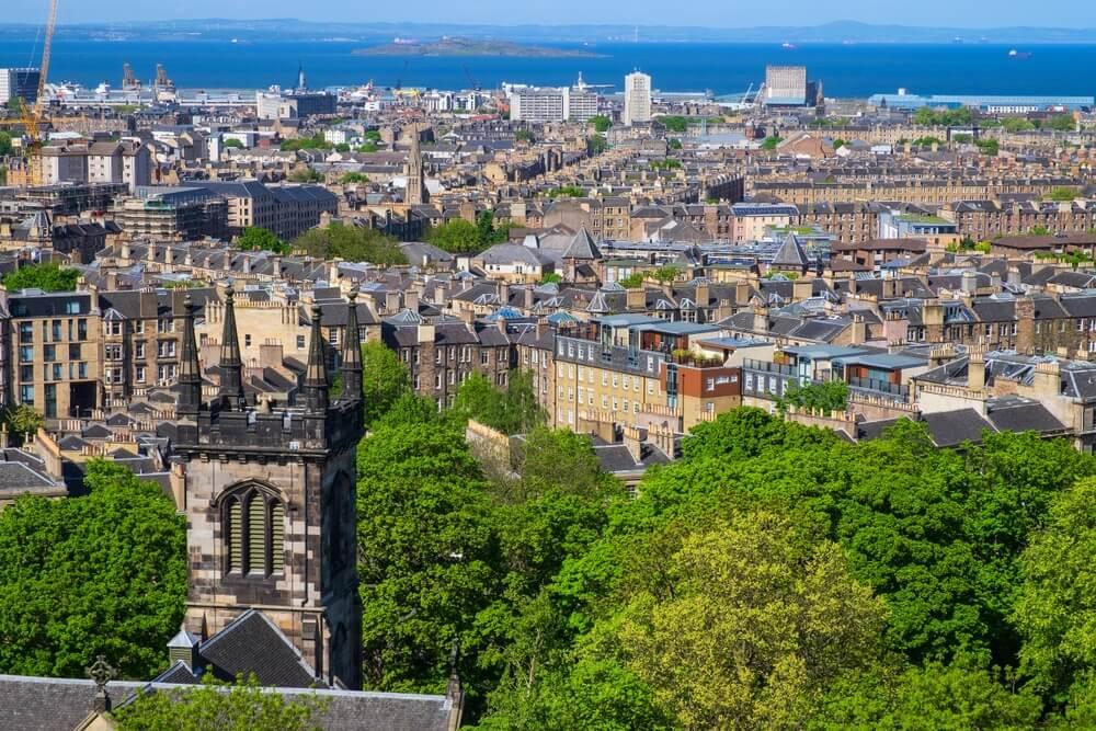 Uitzicht over Edinburgh stad vanaf Calton Hill.