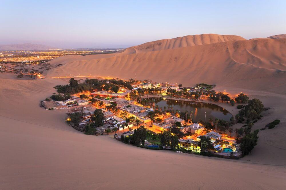Atacama woestijn, oase van Huacachina, Peru bij schemering.