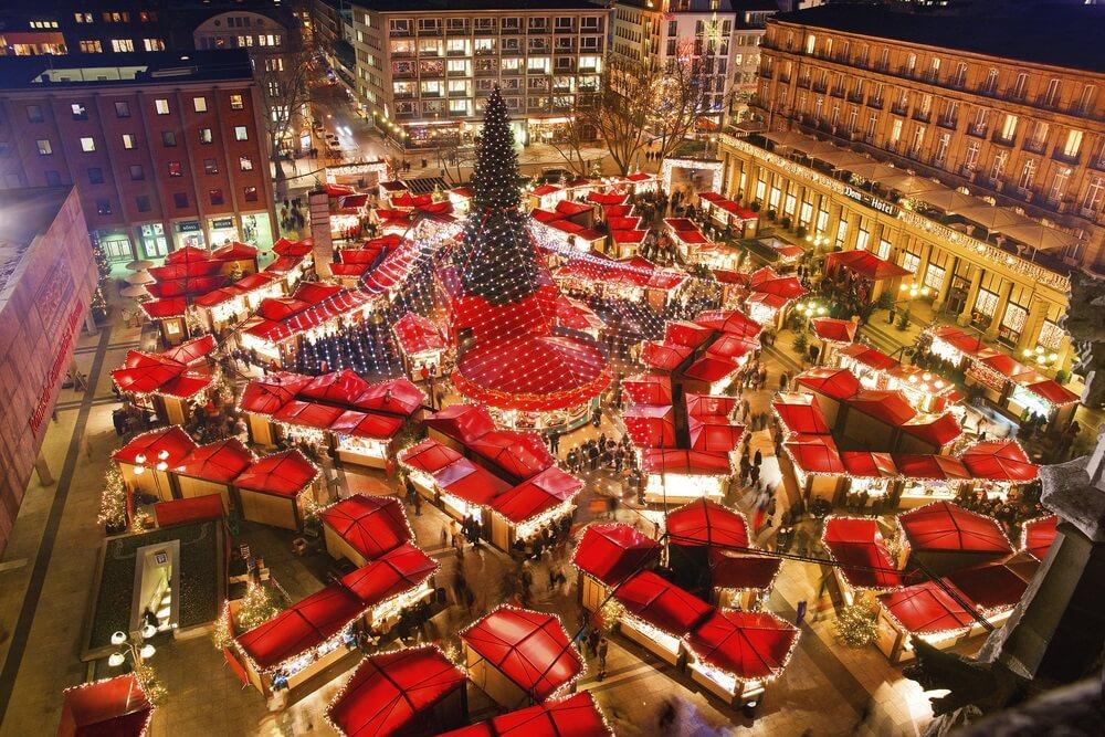 Kerstmarkt van Keulen. De beroemdste kerstmarkt in het hart van Keulen in de buurt van de Dom van Keulen. Uitzicht vanaf de top van de Dom van Keulen.