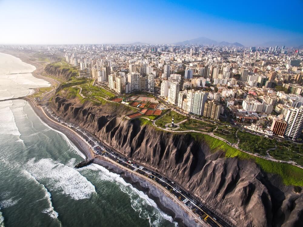 Lima, Peru: Panoramisch uitzicht op de stad vanaf Miraflores.
