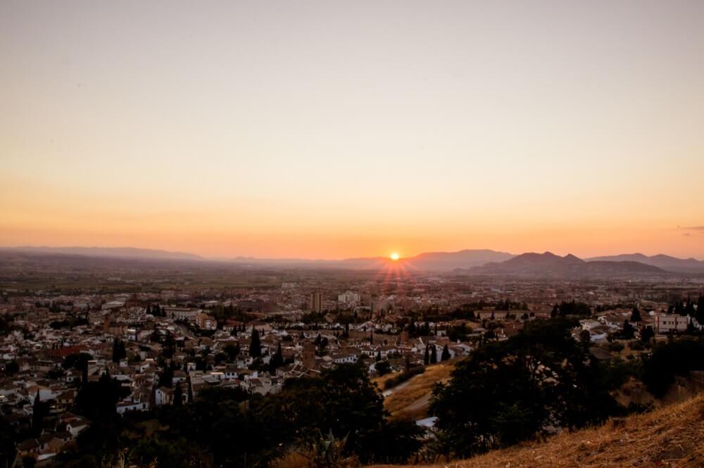 Uitzocht vanaf Mirador San Miguel in Granada, bij zondondergang.