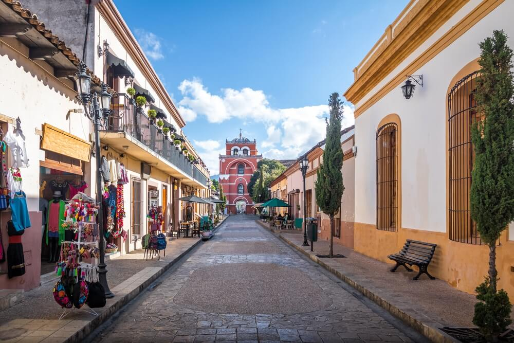 Voetgangersstraat en Boog Toren (Arco Torre de Carmen) - San Cristobal de las Casas, Chiapas, Mexico.