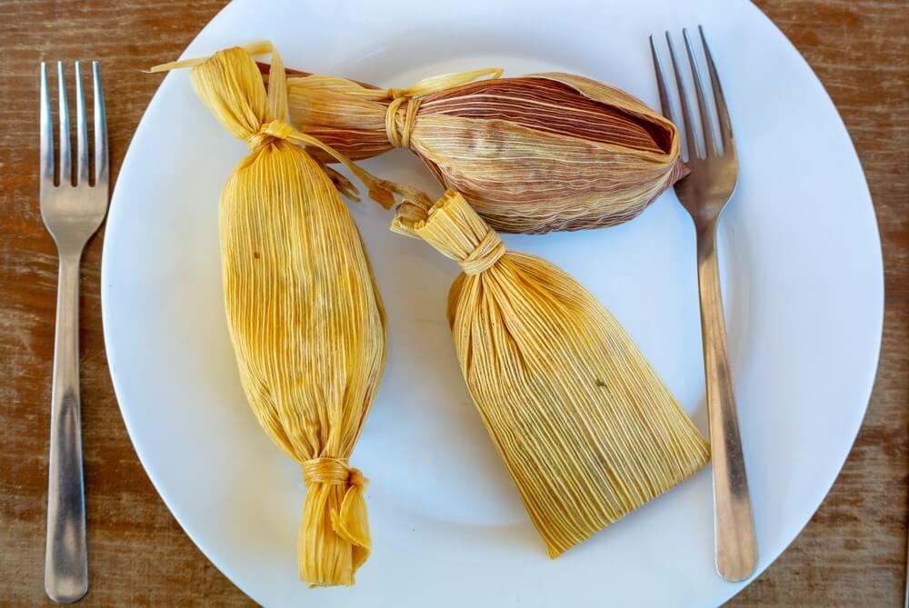Tamales, traditioneel Mexicaans eten gemaakt van maïs.