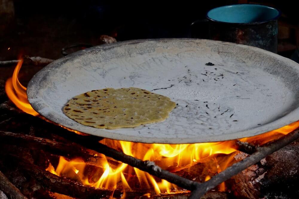 Vers bereidde tortilla's op een houtvuur in Mexico.