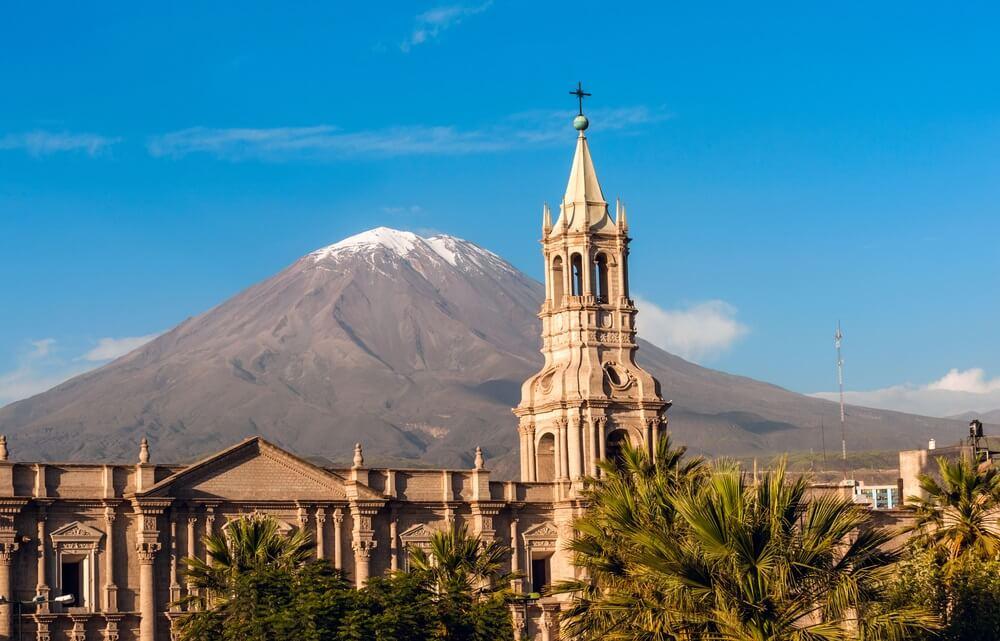 De vulkaan El Misti kijkt uit over de stad Arequipa in het zuiden van Peru. Arequipa is de op een na meest bevolkte stad van het land. Arequipa ligt in het Andesgebergte