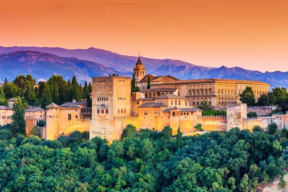 Alhambra van Granada, Spanje. Alhambra fort bij zonsondergang.