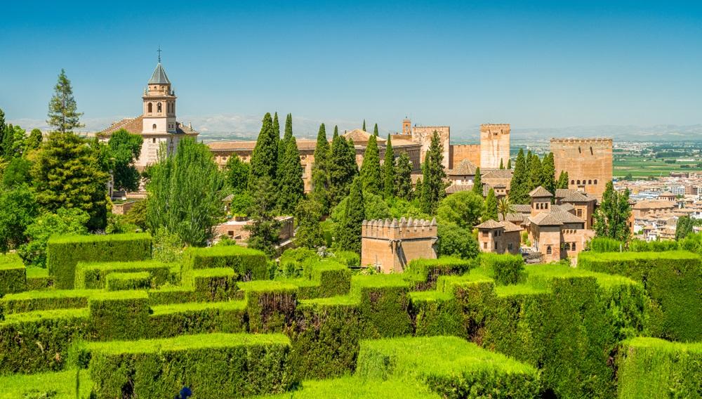 Panoramisch zicht op het Alhambra-paleis gezien vanaf de Generalife in Granada. Andalusië, Spanje.