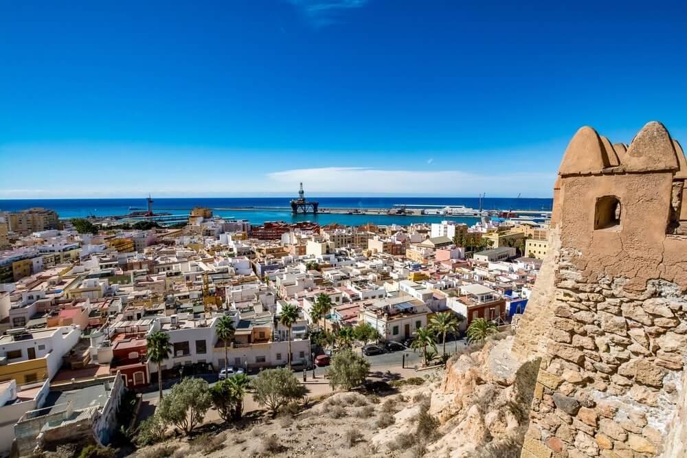 Uitzicht op Almeria oude binnenstad en haven vanaf het kasteel (Alcazaba van Almeria), Spanje