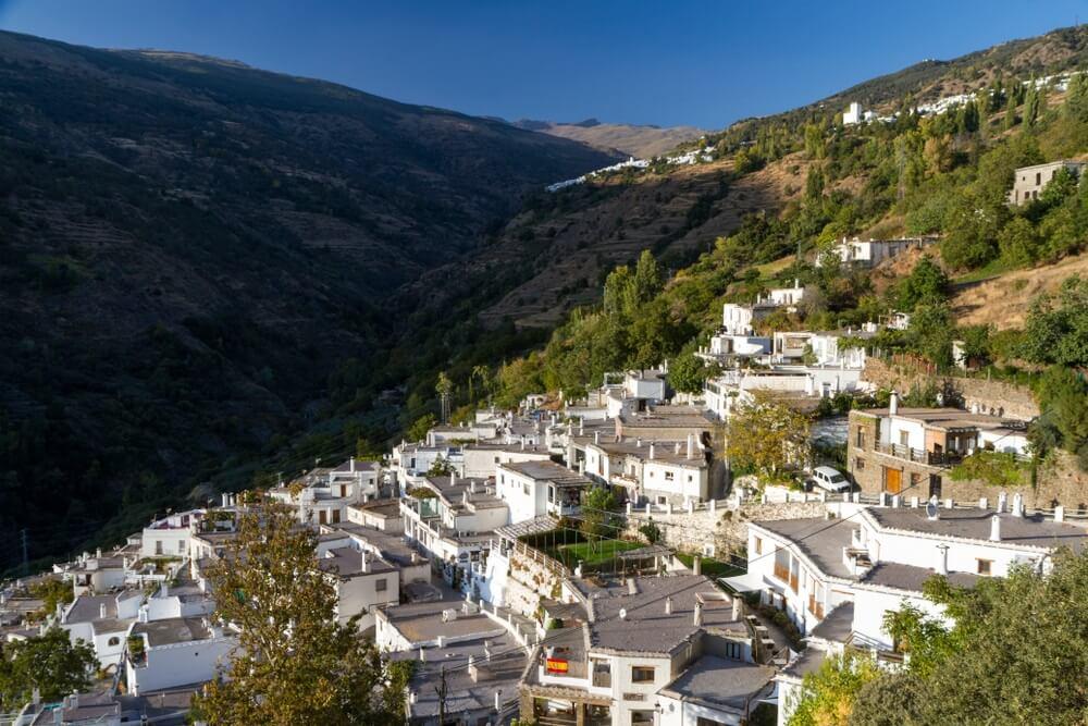 De Alpujarras, natuurlijke en historische regio in Andalusië, Spanje, op de zuidelijke hellingen van de Sierra Nevada en de aangrenzende vallei. Wit dorp op de foto gebouwd op een heuvel.