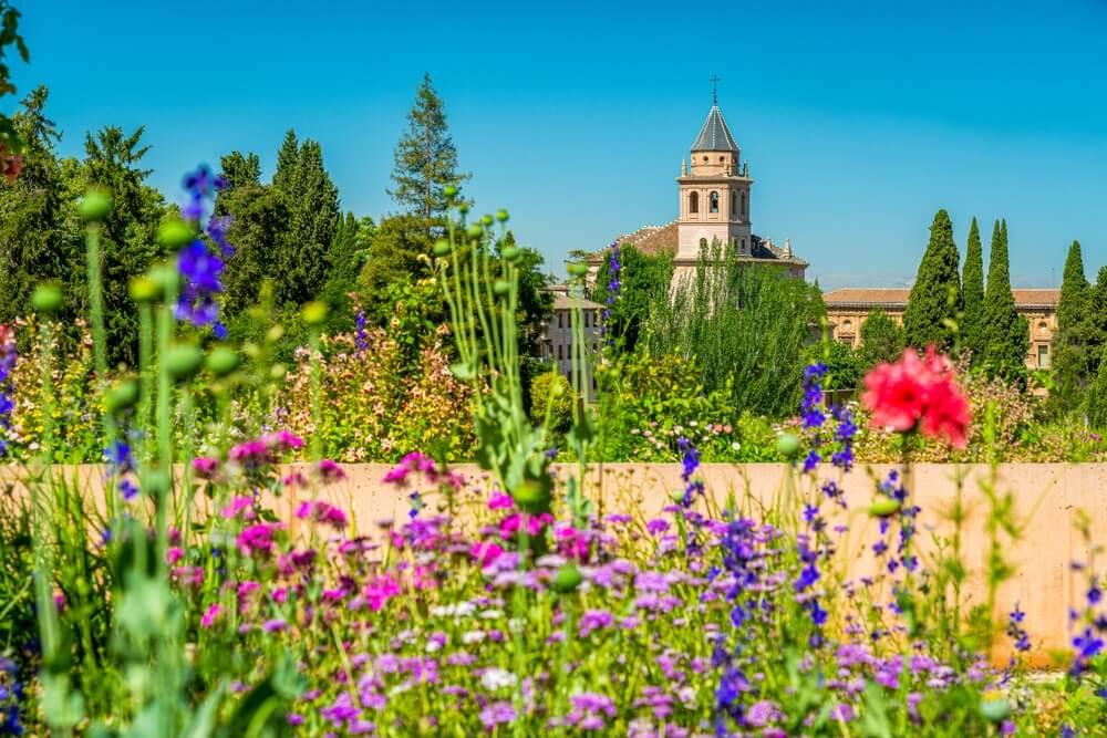 Bloemrijke omgeving van Generalife en het Alhambra-Paleis in Granada, Andalusië, Spanje.