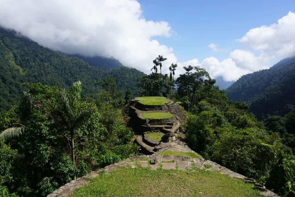 Ciudad-perdida, Colombia, gelegen tussen de groene heuvels.