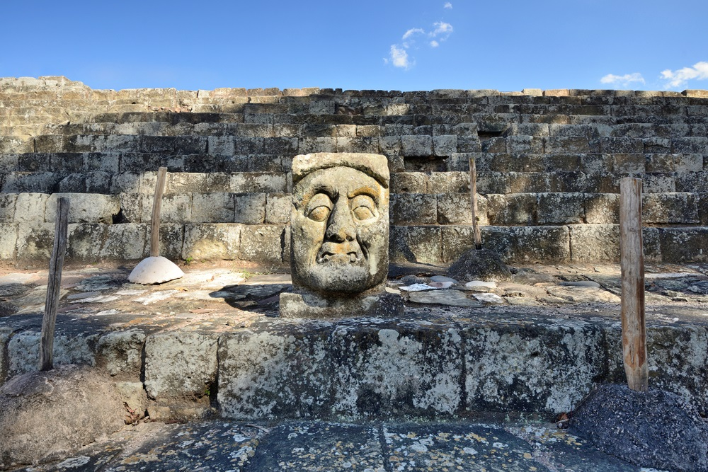Het stenen hoofd in de oude Maya-stad Copan in Honduras.