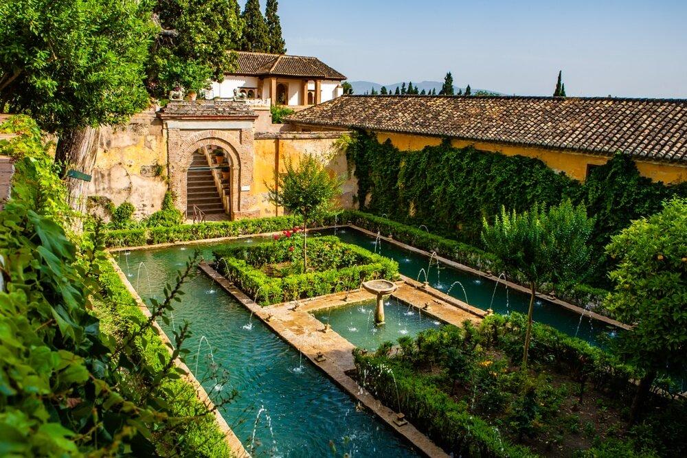 Generalife-tuinen met fonteinen in Alhambra, Granada, Spanje.