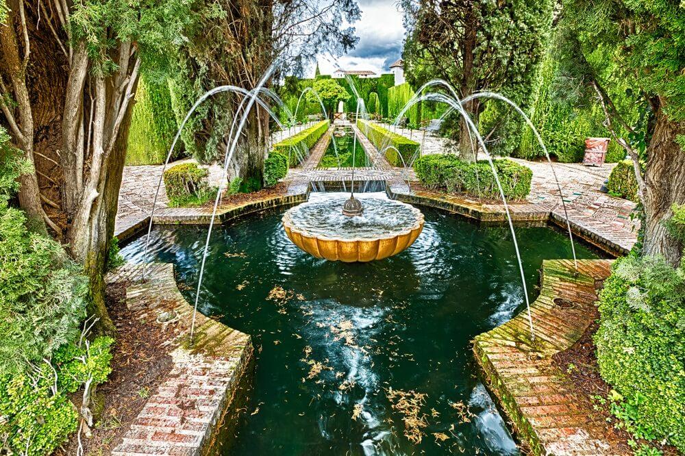 Close-up van fontein in de beroemde laan van cipressen, Generalife tuinen in de buurt van Alhambra complex, Granada, Andalusië, Spanje, een van de mooiste in de wereld en is een Unesco erfgoed.