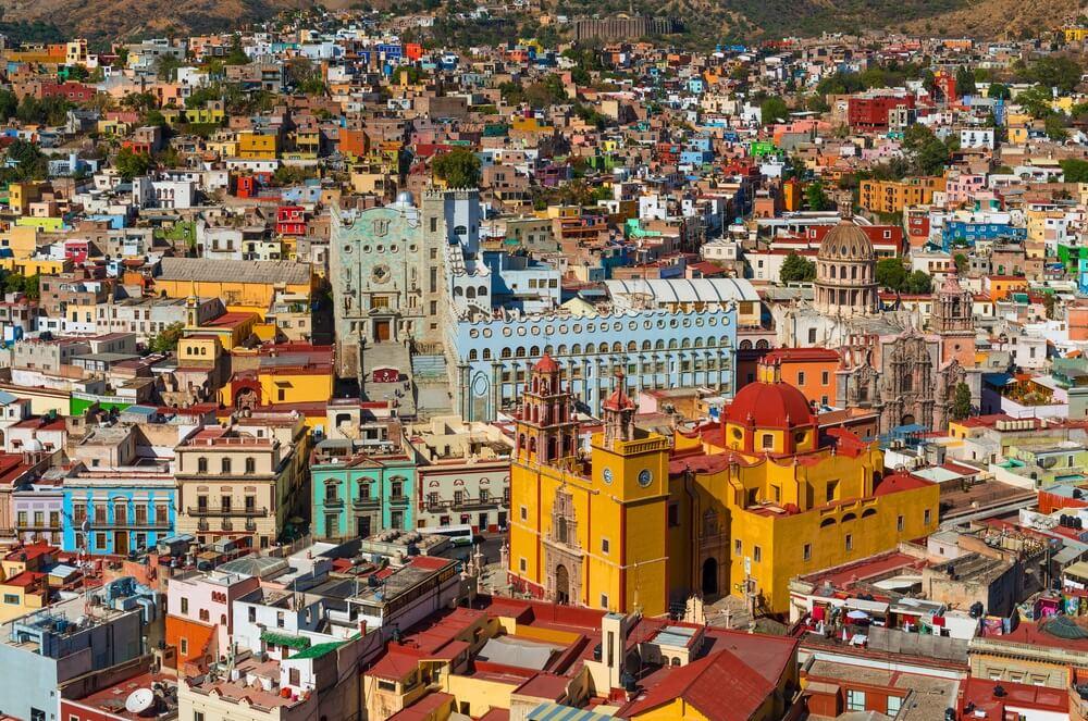 De skyline met de kleurrijke kerk van Guanajuato City overdag, Mexico.