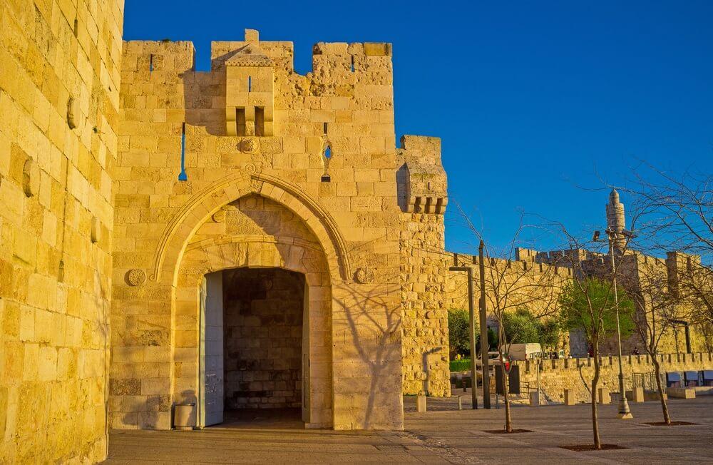 De Jaffapoort is de belangrijkste toeristische ingang van het middeleeuwse Jeruzalem, omgeven door hoge wallen, Israël.