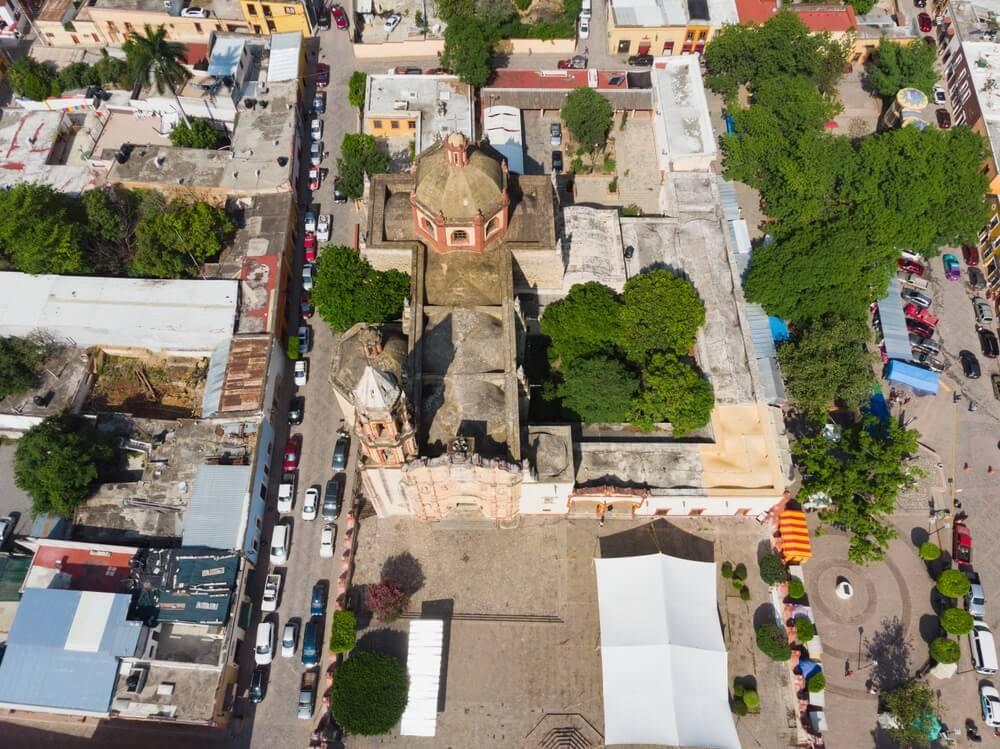 Luchtfoto van de 100-jarige kerk van de binnenstad van Jalpa de Serra in Queretaro Mexico.