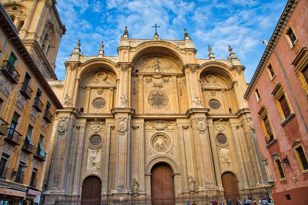Koninklijke kathedraal van Granada - Koninklijke kapel van Granada. Blauwe lucht daarboven.