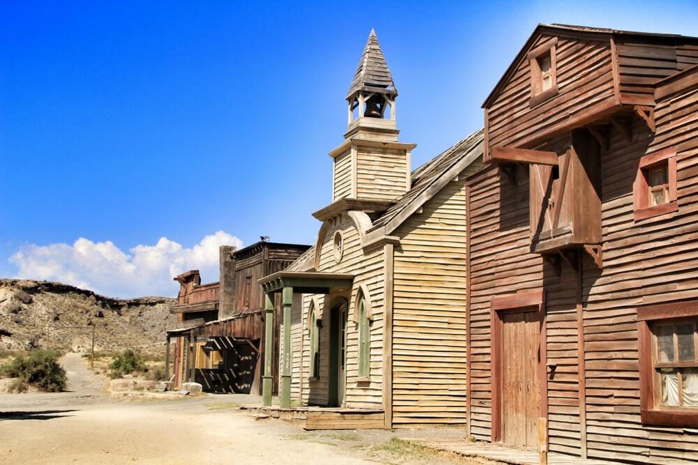 Mini Hollywood in Tabernas, Spanje. Oude Western set in de woestijn. Strakblauwe lucht.