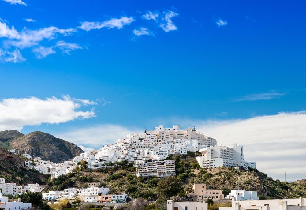 Witte dorp Mojacar op een heuvel. Blauwe lucht daarboven