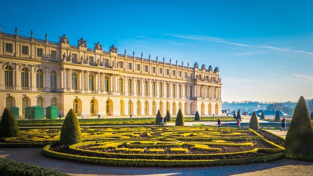 Beroemd paleis Versailles met mooie tuinen in openlucht dichtbij Parijs, Frankrijk. Het paleis Versailles was een koninklijk kasteel en werd toegevoegd aan de UNESCO-lijst van werelderfgoedlocaties.