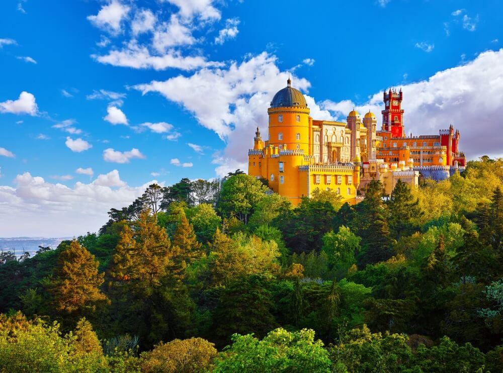 Paleis van Pena in Sintra. Lissabon, Portugal. Beroemde bezienswaardigheid. Zomer ochtend landschap met blauwe lucht.