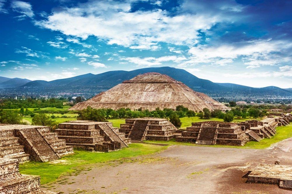 Piramides van de zon en de maan op de Avenue of the Dead, Teotihuacan oude historische culturele stad, oude ruïnes van Azteekse beschaving, Mexico, Noord-Amerika.