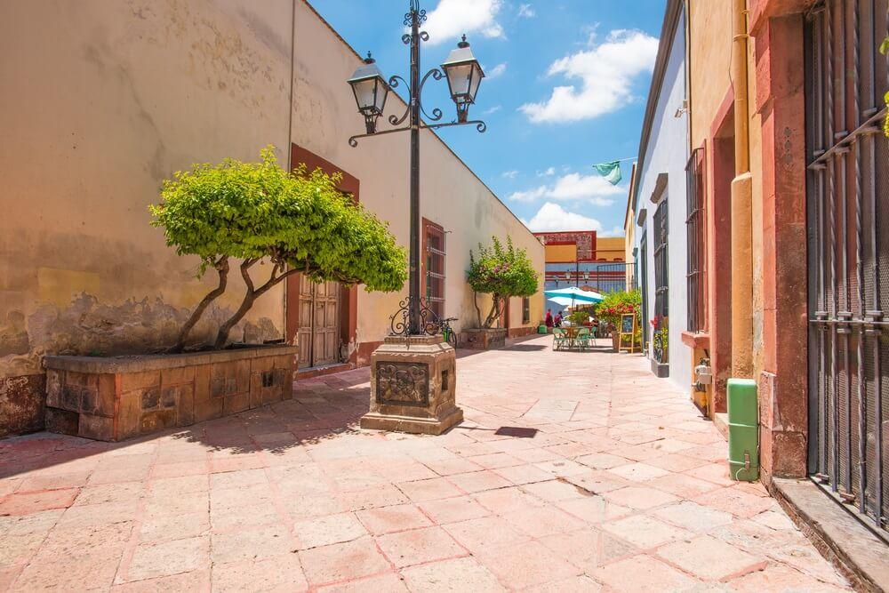 Een kleine straat in het centrum van Queretaro in Mexico.
