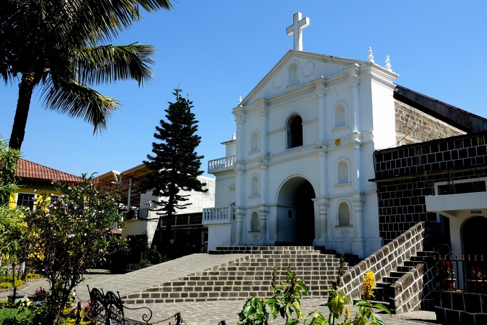 Guatemala Lake Atitlan San Pedro de la Laguna. Witte kerk op het dorpsplein.