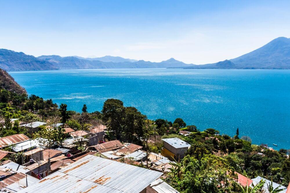Uitzicht over daken in Santa Cruz la Laguna van Lake Atitlan, Guatemala, Midden-Amerika.