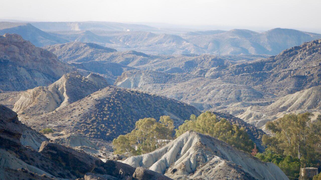 Sierra Alhamilla Natuurpark in andalusië Spanje. Weelderige bergen met dorre vlaktes.
