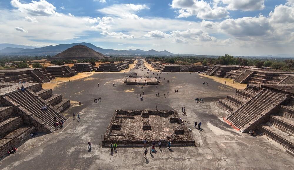 Teotihuacan. Uitzicht op de piramide van de zon en de Calle de los Muertos. Mexico.