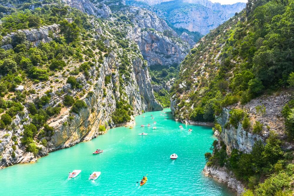 Uitzicht op de rotsachtige rotsen van de Verdon-kloof aan het meer van Sainte-Croix, Provence, Frankrijk, in de buurt van Moustiers-Sainte-Marie, departement Alpes-de-Haute-Provence, regio Provence-Alpes-Côte d'Azur.