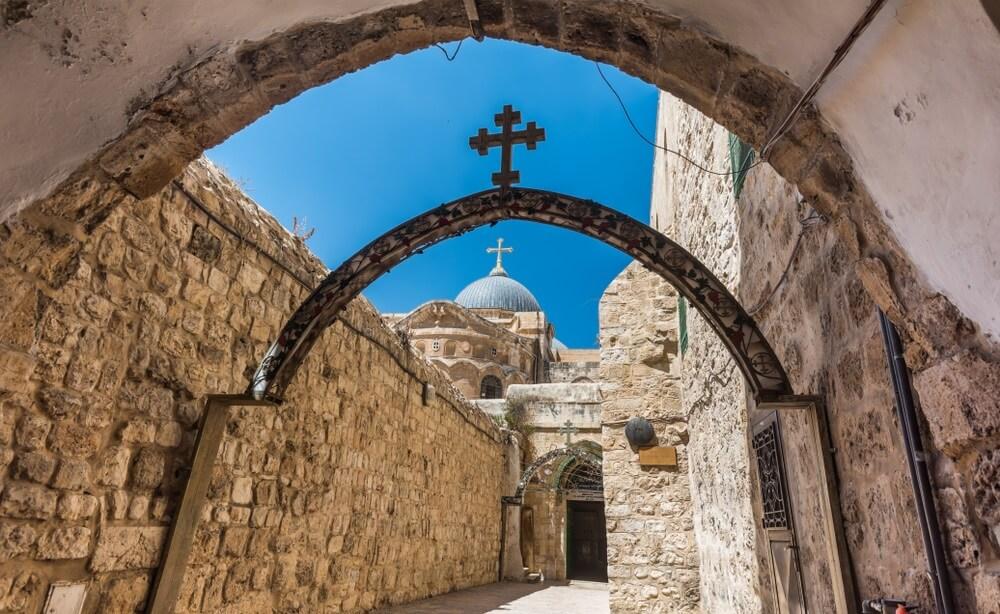 Het 9e kruisstation in de Via Dolorosa aan de ingang van het Koptisch-orthodoxe patriarchaat, het Koptische klooster St. Anthony, in de oude stad Oost-Jeruzalem.