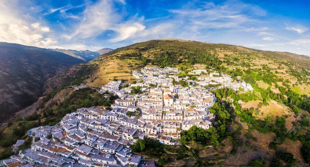 luchtfoto van Capileira in de Andalusische Sierra Nevada, Spanje.