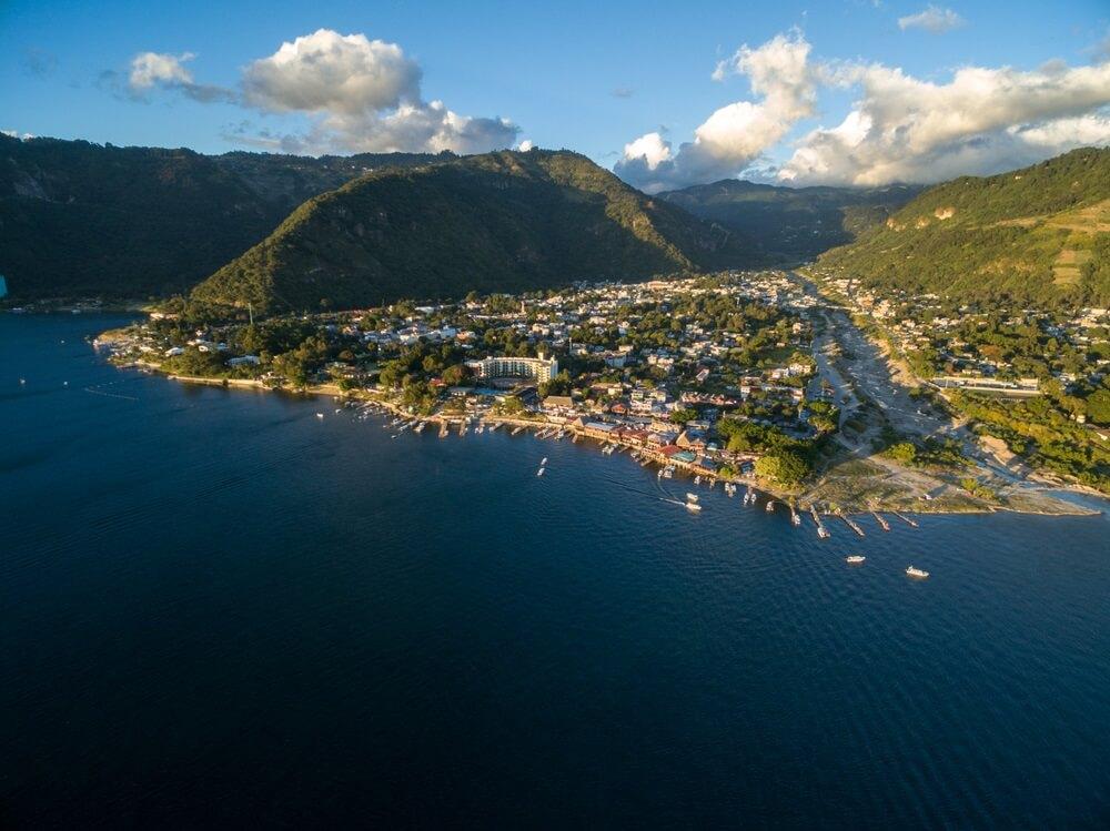 Panajachel Town en Atitlan-meer met bergen op de achtergrond.