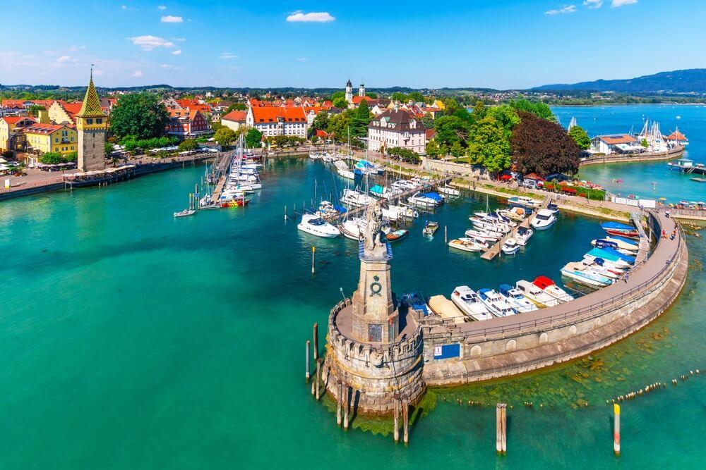 Schilderachtige zomer luchtfoto van de oude stad pier architectuur in Lindau, Bodensee of Constance meer, Duitsland.