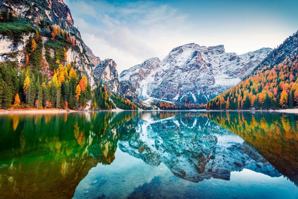 Eerste sneeuw op Braies Lake. Kleurrijk herfstlandschap in Italiaanse Alpen, Naturpark Fanes-Sennes-Prags, Dolomiet, Italië, Europa. Schoonheid van de natuur concept achtergrond.