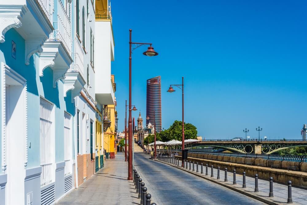 Betis-straat in Sevilla, gelegen aan de oevers van de rivier de Guadalquivir, aan de overkant van het stadscentrum.