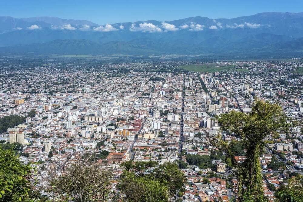 Cerro San Bernardo, gelegen ten oosten van de stad Salta, in de gelijknamige provincie, Argentinië.