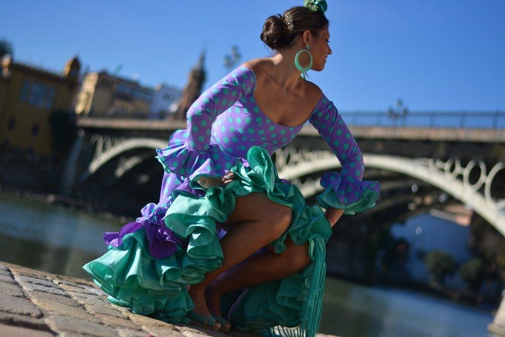 Het mooie meisje in de flamencokleding, in de populaire wijk Triana in Sevilla, Spanje.