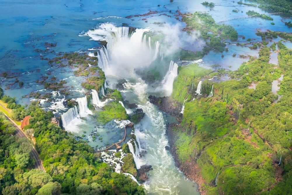 Prachtig luchtfoto van Iguazu Falls vanuit de helikoptervlucht, een van de zeven natuurlijke wonderen van de wereld - Foz do Iguaçu, Brazilië.