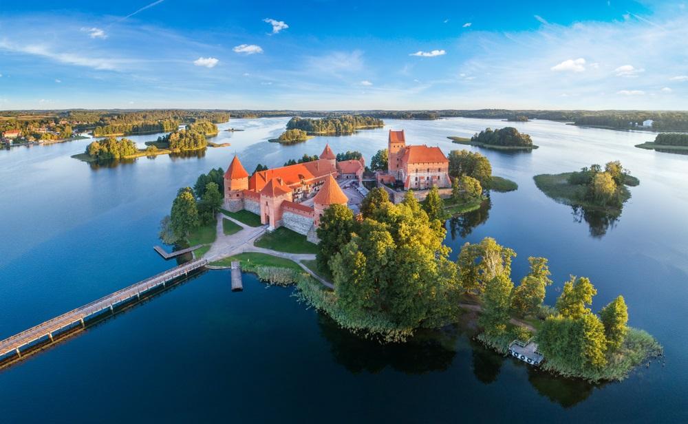 Trakai kasteel: middeleeuwse gotische eiland kasteel, gelegen in Galve meer. Platte lay-out van de mooiste Litouwse bezienswaardigheid. Trakai Island Castle - een van de meest populaire toeristische bestemming in Litouwen.