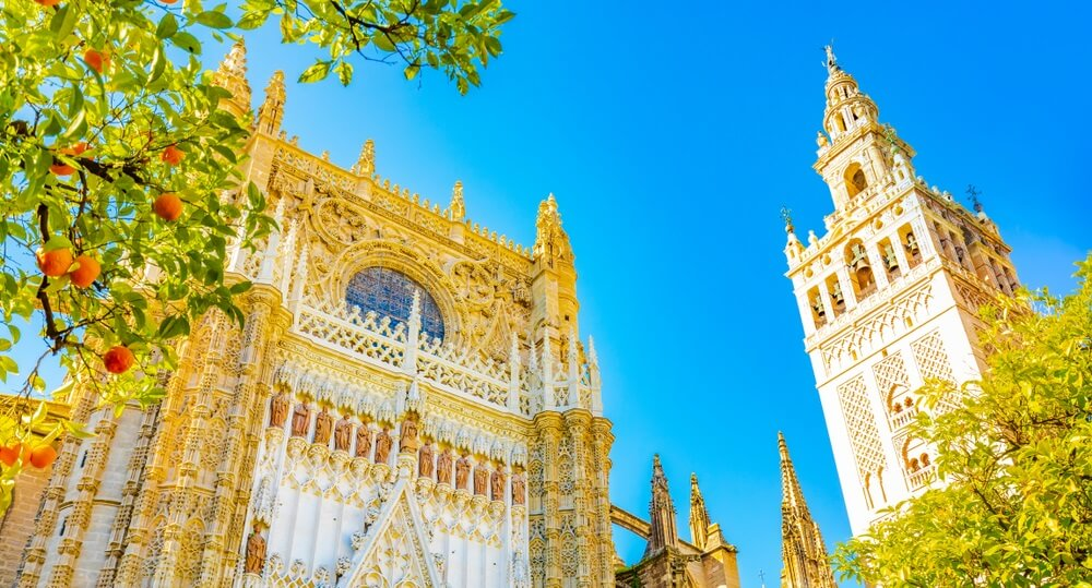 Kathedraal van Sevilla en Giralda-toren over blauwe hemel in Sevilla.  Zonnige dag.