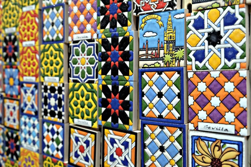 weergave van karakteristieke keramische souvenirs in een winkel in Triana, een wijk van Sevilla