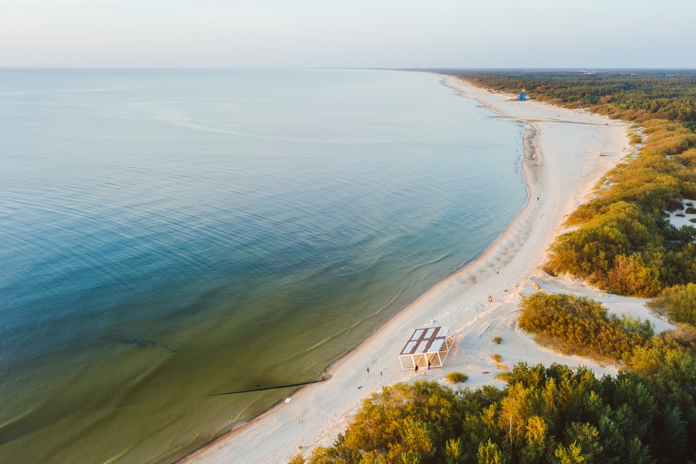 Oostzee, strand in Palanga, Litouwen. Drone luchtfoto.