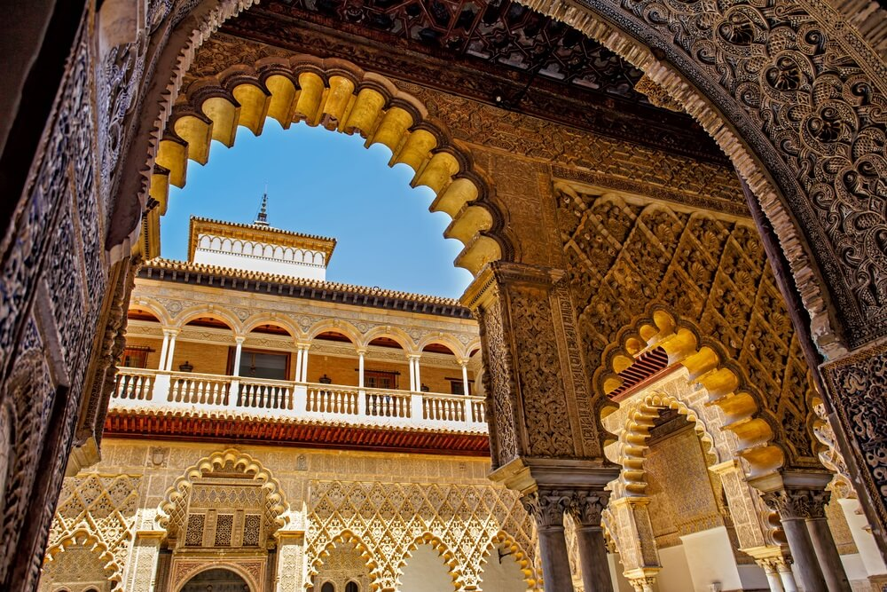 Paleis van Alcazar, beroemde Andalusische architectuur. Oud Arabisch paleis in Sevilla, Spanje. Versierde boog en kolom.